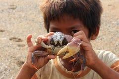 有螃蟹的马来西亚男孩 免版税库存照片
