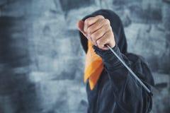 有螺丝刀的戴头巾帮会成员罪犯 库存照片