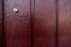 有螺丝刀的老被绘的棕色木墙壁 图库摄影