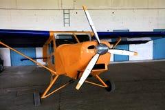 有螺丝的橙色飞机 免版税库存图片
