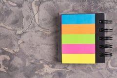 有螺旋和空白的笔记本上色了在老具体灰色水泥的页与拷贝空间 库存图片