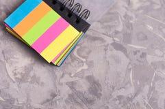 有螺旋和空白的笔记本上色了在老具体灰色水泥的页与拷贝空间 免版税库存图片