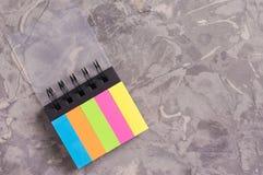有螺旋和空白的被打开的笔记本上色了在老具体灰色水泥的页与拷贝空间 免版税图库摄影