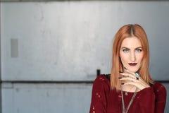 有血液的性感的吸血鬼姜妇女嘴唇 时尚魅力艺术设计 顶头红色 库存照片
