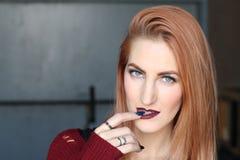 有血液的性感的吸血鬼姜妇女嘴唇 时尚魅力艺术设计 顶头红色 图库摄影