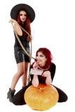有血腥的手万圣夜场面的两名红头发人妇女 免版税库存图片