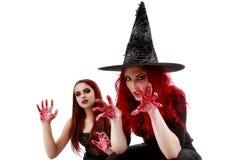 有血腥的手万圣夜场面的两名红头发人妇女 免版税图库摄影