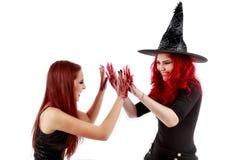 有血腥的手万圣夜场面的两名红头发人妇女 免版税库存照片