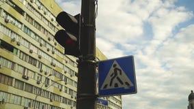 有行人交叉路标志的红绿灯 股票录像