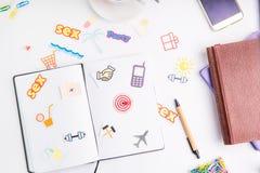 有行动象的计划与图钉的组织者和目标作为在工作地点的一个箭头有文具和咖啡的 Crea 库存图片