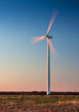 有行动迷离的高风轮机 免版税库存照片