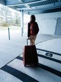 有行李出口机场停车处的妇女对终端 免版税图库摄影