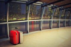 有行李堆的机场走廊在晚上 免版税库存照片