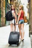 有行李的两名美丽的妇女 库存图片