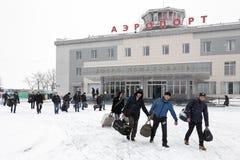 有行李的乘客对背景机场终端彼得罗巴甫洛斯克Kamchatsky 堪察加,远东,俄罗斯 库存图片