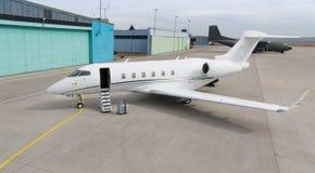 有行李的公司私人喷气式飞机在前面 免版税库存图片