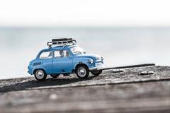 有行李的逗人喜爱的蓝色减速火箭的旅行汽车 宏观照片 库存照片