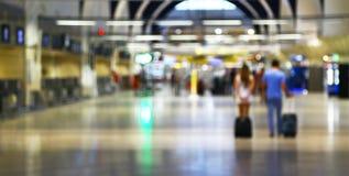 有行李的青年人走在机场的 库存图片
