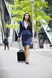 有行李的年轻印地安女实业家在商务旅行 免版税库存照片