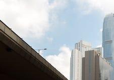 有街灯和企业skyscrappers的高速公路桥梁与蓝天 免版税库存照片