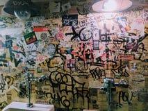 有街道画的尿壶 免版税库存图片
