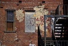 有街道画的老萨加门多砖瓦房墙壁 库存照片