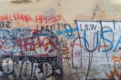 有街道画的被破坏的墙壁在布拉格 免版税图库摄影
