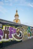 有街道画的墙壁在教会前面在Podil,乌克兰, Kyiv 社论 08 03 2017年 免版税库存照片