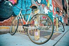 有街道画的自行车 免版税库存照片