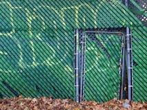 有街道画的绿色篱芭 免版税库存图片