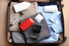 有衣裳、毛巾和另外男性的手提箱 免版税库存照片