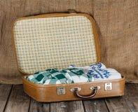 有衣裳的手提箱 免版税图库摄影