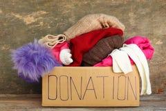 有衣裳的捐赠箱子 免版税库存图片