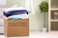 有衣裳的捐赠箱子 免版税库存照片