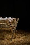 有衣裳的饲槽在干草 免版税库存图片