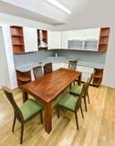 有表和椅子的厨房 免版税库存照片