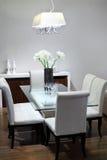有表和软的空白椅子的简单的空间 免版税图库摄影