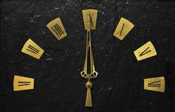 有表明它的金黄胳膊的黑时钟是关于时间 免版税库存照片