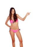 有表明某事的桃红色比基尼泳装的肉欲的女孩 免版税库存图片