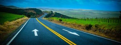 有表面上绘的箭头的街道 风景视图 免版税库存照片