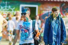 有袋子的人油漆圣洁手 颜色Holi节日在切博克萨雷,楚瓦什人共和国,俄罗斯 05/28/2016 免版税库存照片
