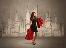 有袋子的女售货员在拉长的城市 免版税库存照片