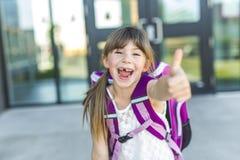 有袋子的女孩常设外部学校 免版税库存图片