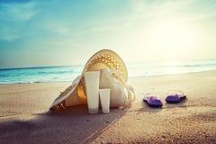 有袋子的帽子在热带海滩 图库摄影