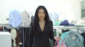 有袋子的愉快的女孩从商店购物出来 股票录像