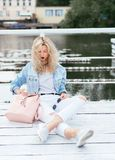 有袋子的白肤金发的妇女 免版税库存图片