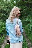 有袋子的白肤金发的妇女 库存图片