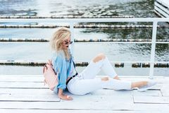 有袋子的白肤金发的妇女 免版税图库摄影