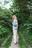 有袋子的白肤金发的妇女 免版税库存照片