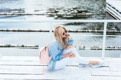 有袋子的白肤金发的妇女 图库摄影